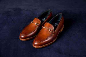 Pantofle a może mokasyny? Które lepiej wybrać do garnituru?